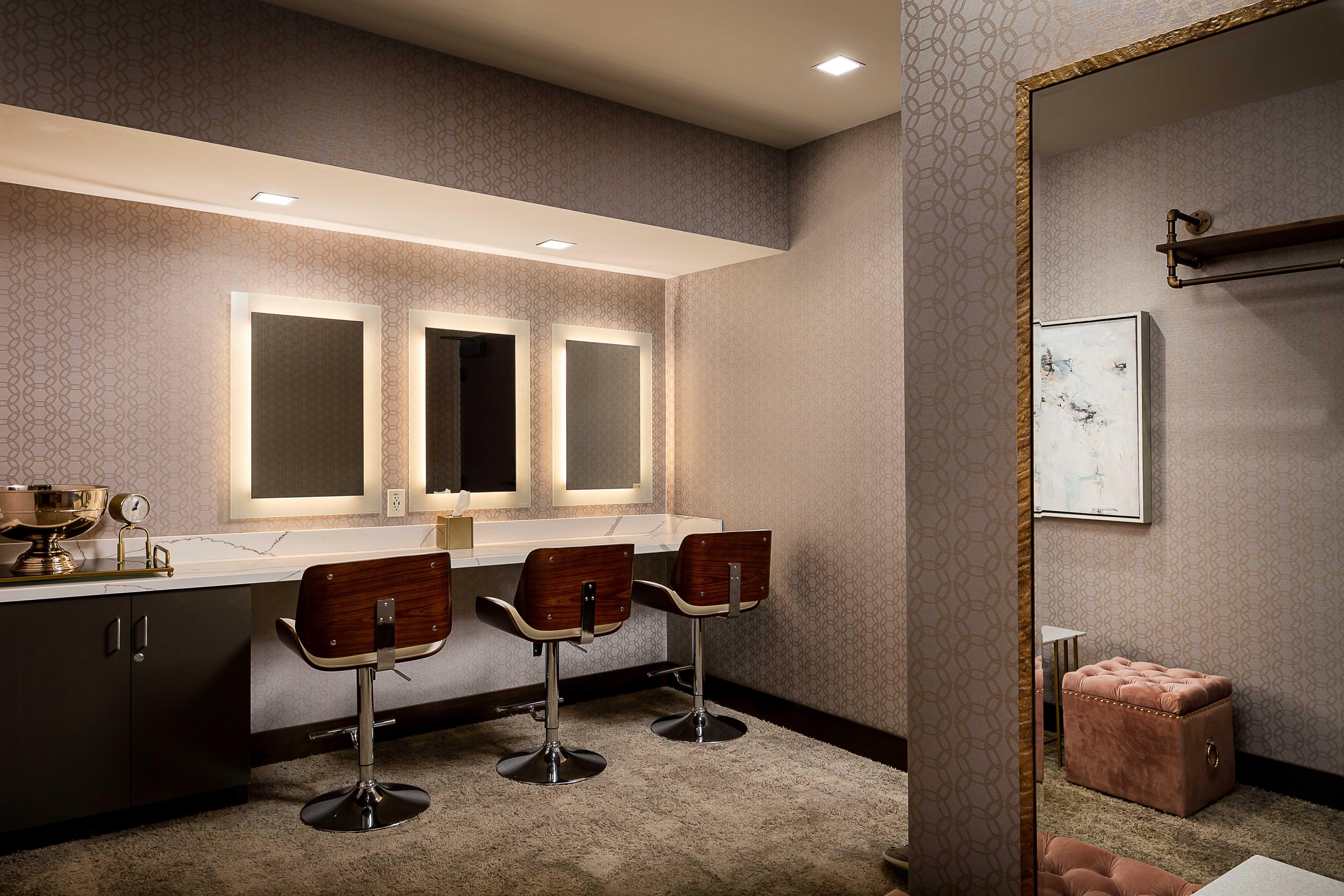 savor-river-house-dressing-room