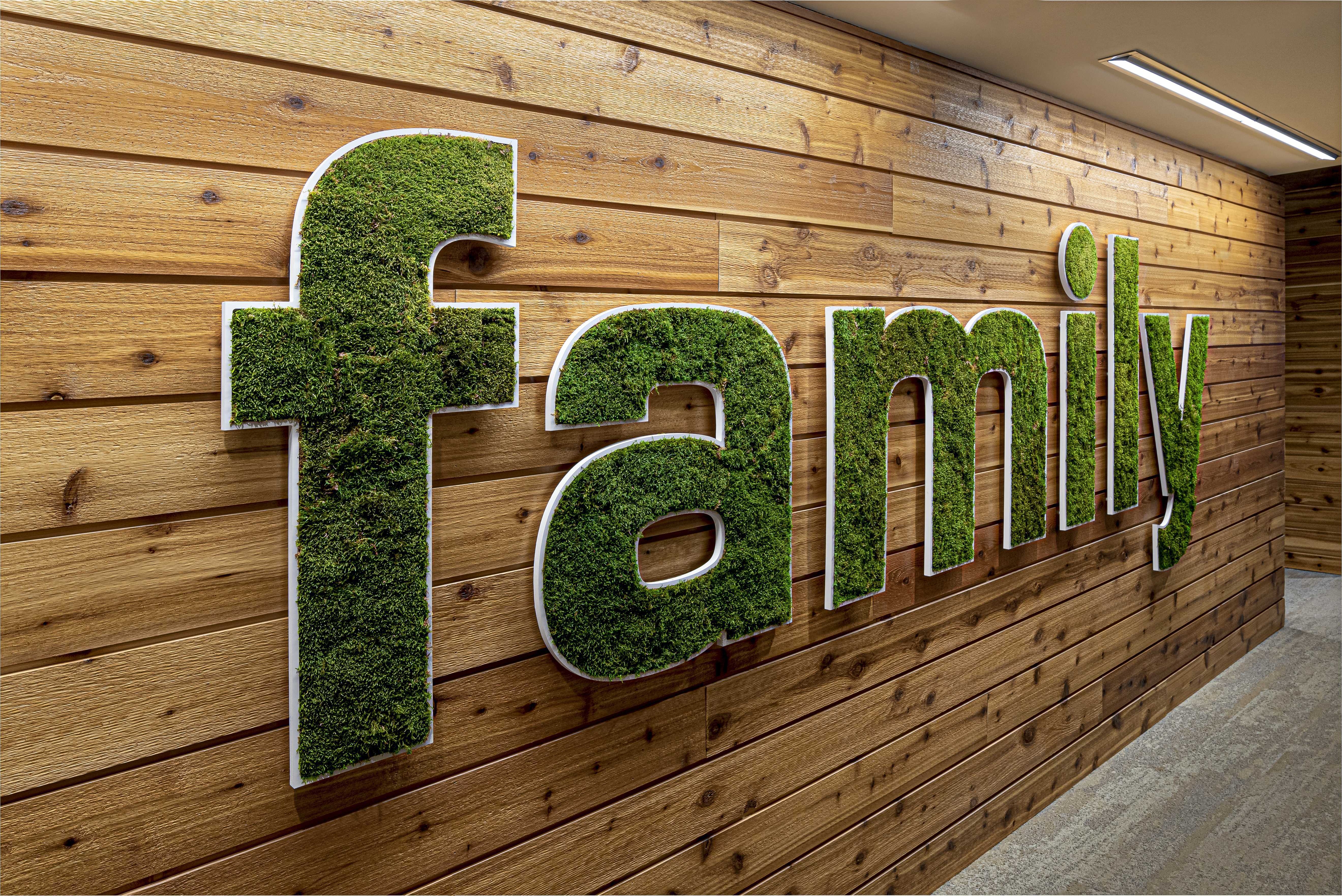 texas-roadhouse-office-family-greenery-passthrough